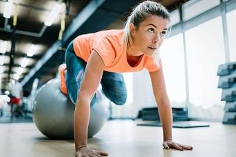 En pilatesboll som ger ostabilt underlag och tvingar dig hålla din balans.