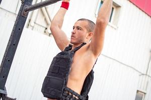 Pull ups-träning med viktvästar för förbättrad hemmaträning.